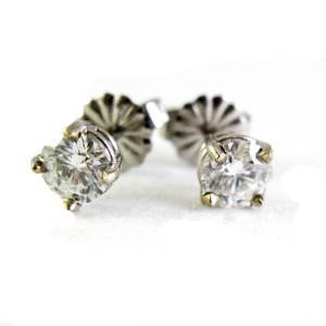 14k white gold diamond studs<span>all sizes are available</span>